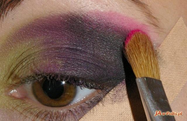 Шаг 3. Наносим фиолетовые тени так, чтобы цвета...